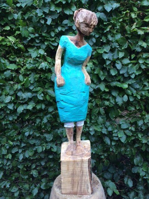 Die Überraschte ist eine Holzschitzarbeit mit der Kettensäge von Sabine Ruhle zur aktuellen online-Ausstellung der Künstlergruppe Kunst & Bündig.
