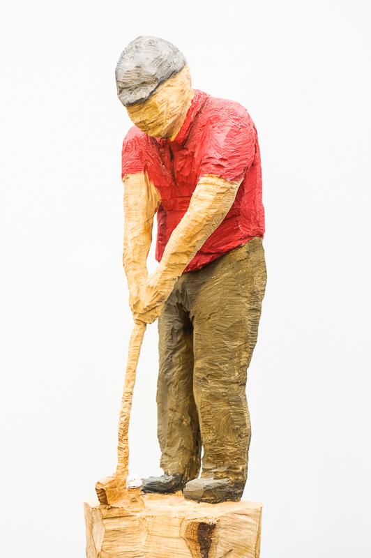 Golfer am Start ist eine Holzschitzarbeit mit der Kettensäge von Sabine Ruhle zur aktuellen online-Ausstellung der Künstlergruppe Kunst & Bündig.